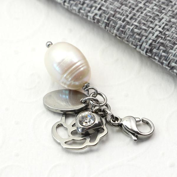 Zawieszka ze stali chirurgicznej z perłą i kryształkiem.