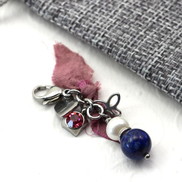 Zawieszka ze stali chirurgicznej zperłą, lapis lazuli, kryształkiem i jedwabiem.