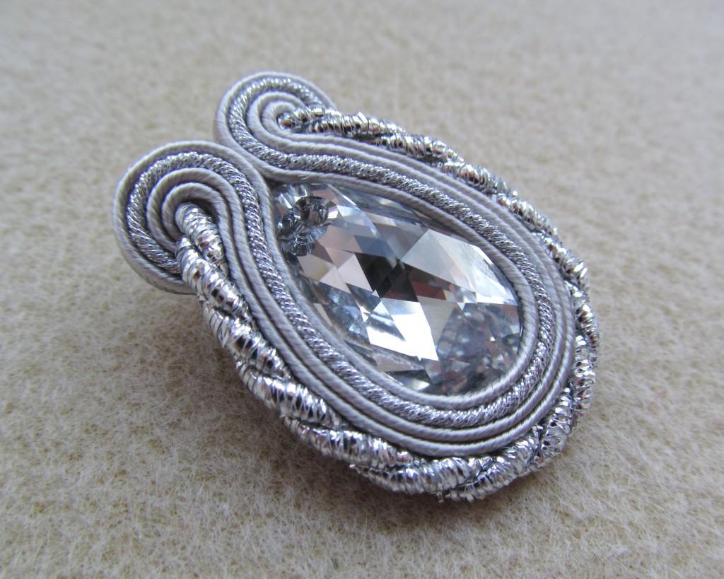 sznurek metalizowany srebrny skręcany próbka w użyciu