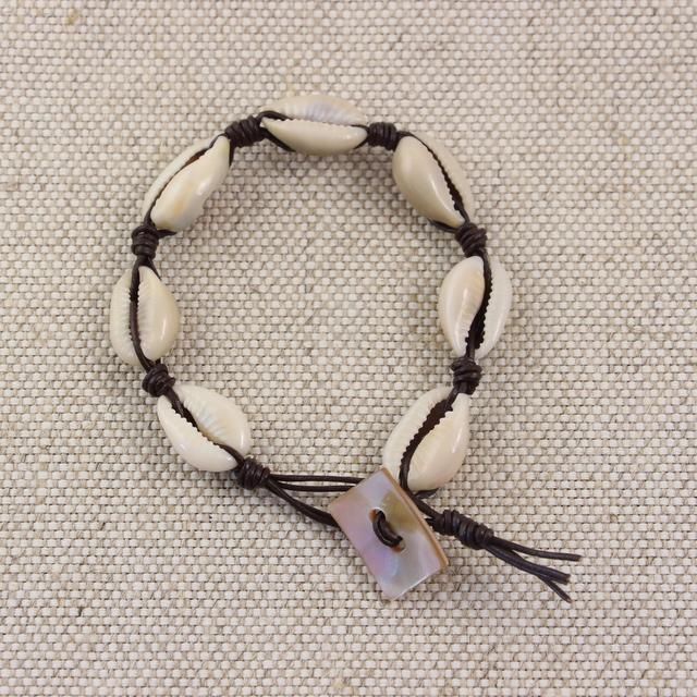 Bransoletka z rzemyka i muszelek zapinana na guzik z masy perłowej