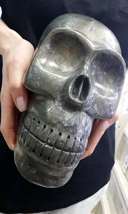 olbrzyma czaszka wyrzeźbiona w pirycie