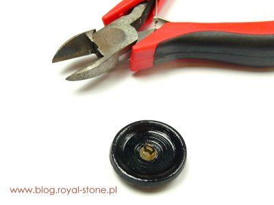 Szklany guzik posiada metalową stopkę, która odcinamy szczypcami - Emine - wisior - tutorial