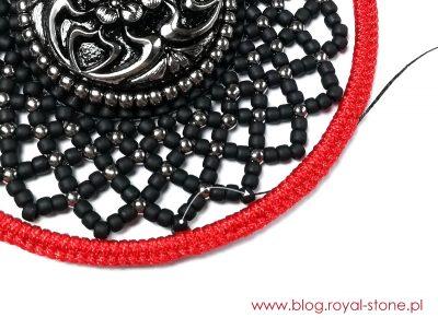 Doszywamy koraliki pikotek do owinietej sznurkiem bazy geometrix. Emine wisior tutorial royalstone.