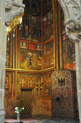 kamienie chryzoprazu na ścianach kaplicy św. Wacława