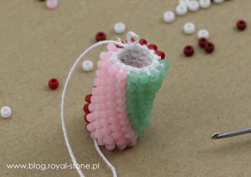 koralikowa bransoletka wykonana szydełkiem