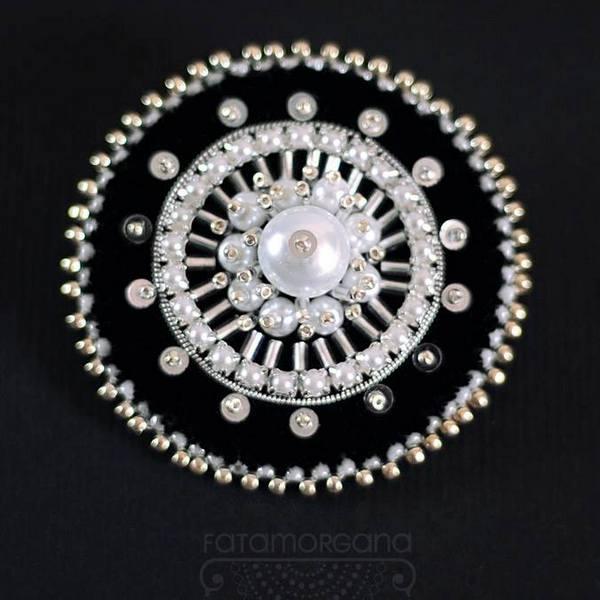 Cekiny w biżuterii - broszka