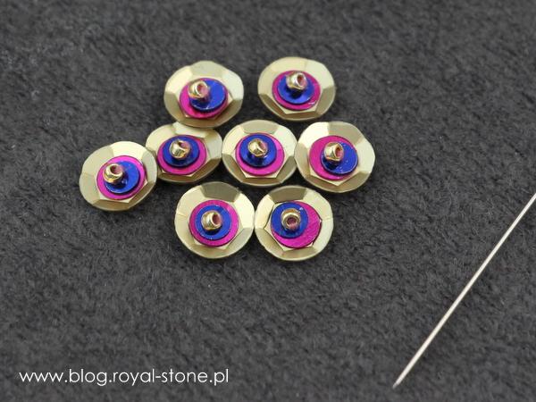 Cekiny w biżuterii - naszywanie trójwymiarowe cekinów.