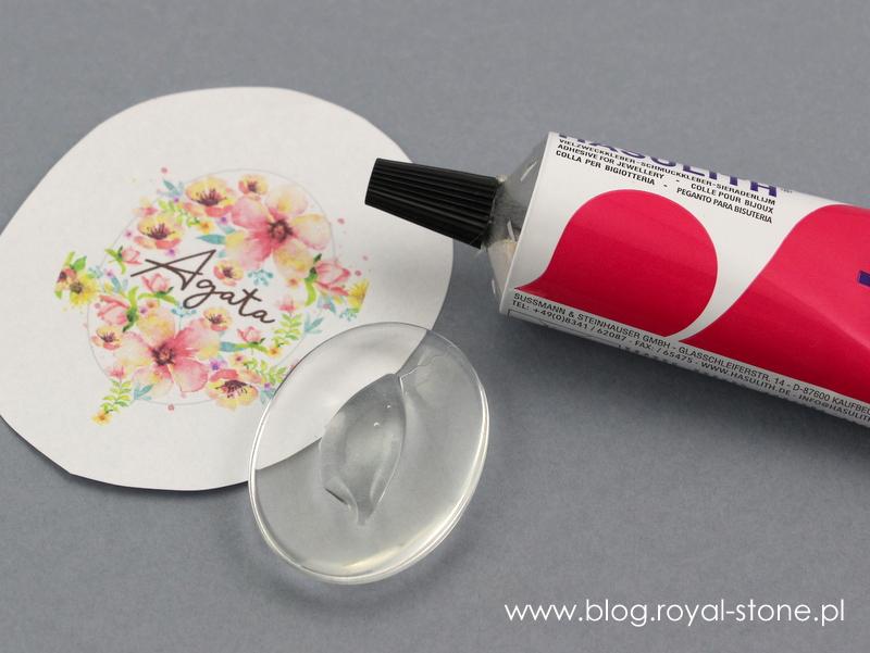 na środek szklanego kaboszony wyciśnij spora kroplę kleju
