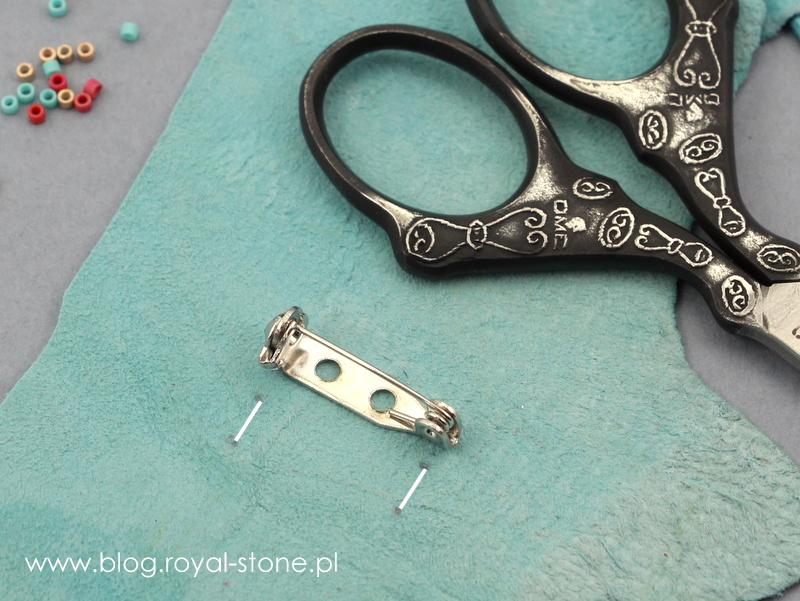 w skórce od spodu haftu wytnij otwory na broszkę