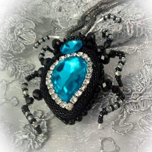 haft koralikowy z użyciemlancuszka cyrkoniowego