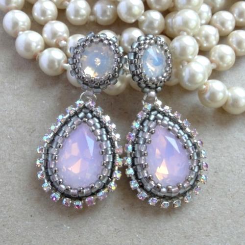 kolczyki z opalowymi kryształkami wykonczone taśmą z efektem ab