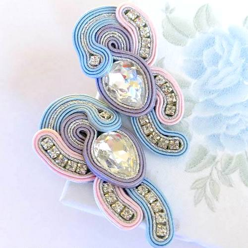 pastelowe kolczyki sutasz z połyskującą taśmą ozdobną z kryształkami