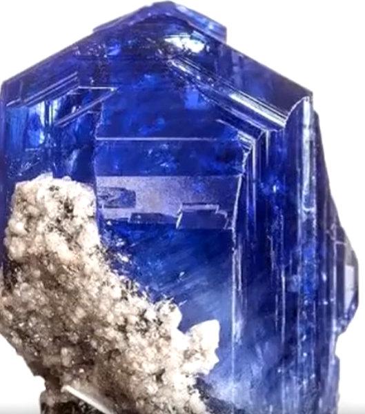tanzanit poszukiwany materiał do wyrobu biżuterii z minerałów
