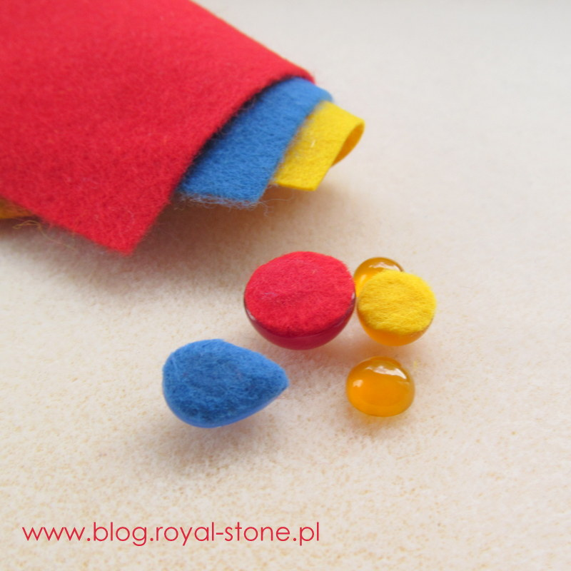 Przed szyciem kolczyków należy podkleić je filcem w odpowiednim kolorze. Najlepiej użyć do tego kleju Hasulith.
