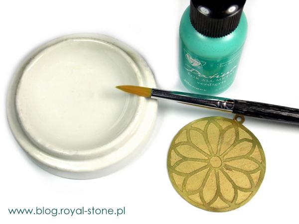 Materiały i narzędzia potrzebne do pokrycia biżuteryjnych metalowych elementów  farbą patynującą.