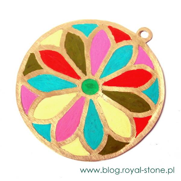 Rozeta z wypełnionymi farbą patynująca polami. farbę kupicie w royal-stone.pl - sklepie z akcesoriami do wyrobu biżuterii